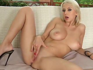 Sexual beauteous Mandi Dee stimulating wet twat