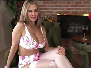 Dirty talking mommy gets sperm in her mouth