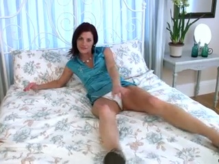 Lonely milf show the camera how to acquire some dildo satisfaction